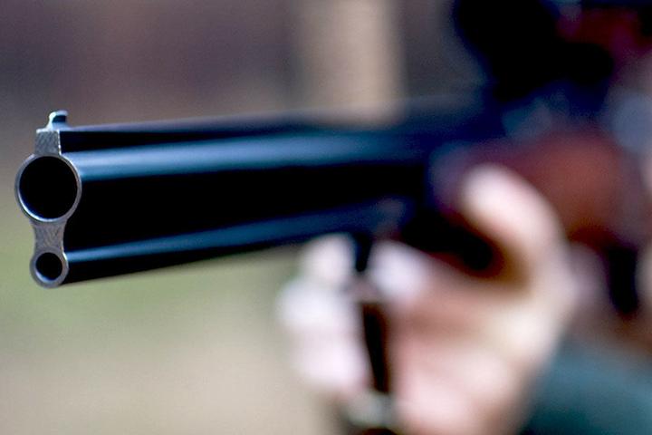 Aus der Waffe eines Mannes löste sich versehentlich ein Schuss.