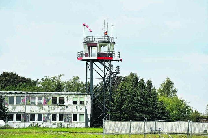 Auf dem Flugplatz Großenhain hält sich der Luftverkehr in Maßen. Dafür gibt es dort jede Menge Platz - zum Beispiel für ein Holzlager.