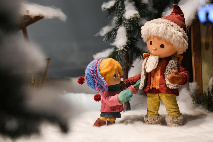 Requisiten und kleine Puppen aus der Sendung des Sandmännchens werden bei einer Sandmann-Ausstellung gezeigt.