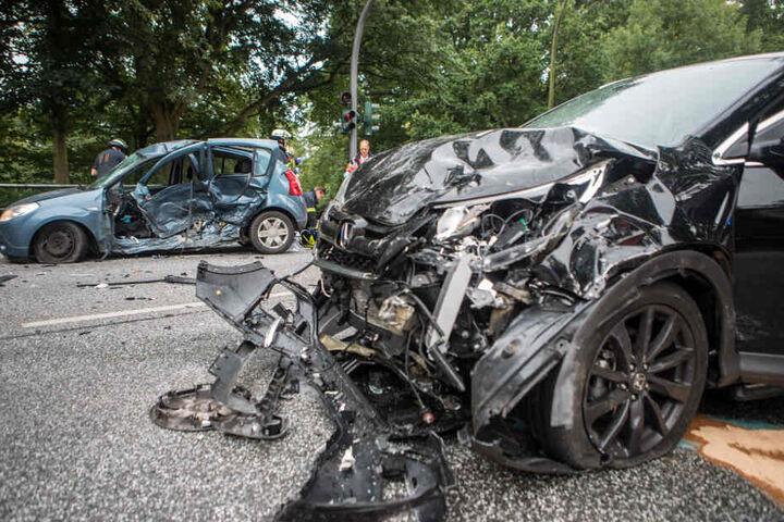 Beide Fahrzeuge sind durch den Unfall stark demoliert.
