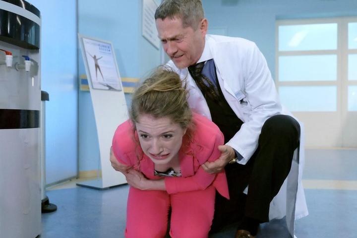 Dr. Kaminski bemerkt Wanda Schäfer auf dem Flur. Diese hat soeben eine heftige Schmerzattacke im Unterleib erlitten.