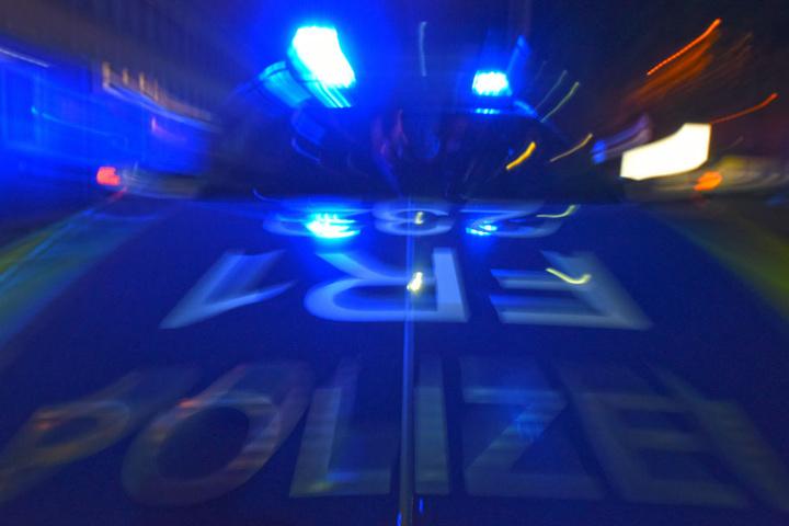 Die Polizisten konnten den Tatverdächtigen noch in der gemeinsamen Wohnung festnehmen. (Symbolbild)