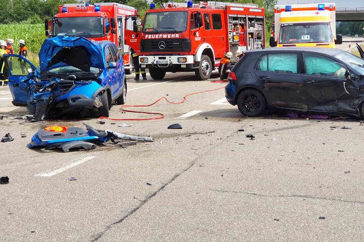 Bei einem schweren Unfall im Landkreis Ansbach sind auf der B25 sechs Menschen verletzt worden.