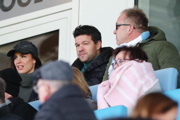 Michael Ballack (M.) schaute mit Freundin Natacha und seinem Vater Stephan beim Spiel gegen Babelsberg zu.