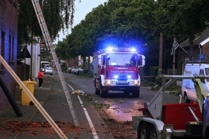 Die Feuerwehr ist nach dem Tornado im Einsatz.