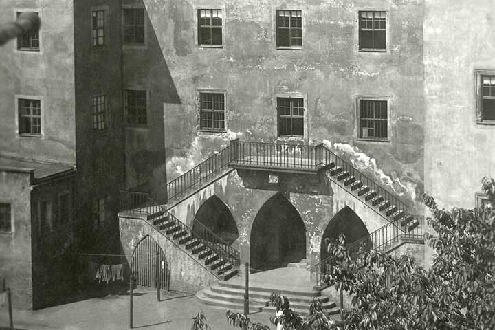 Die Hofseite des Herderhauses um 1960: Die neogotische Freitreppe soll auf den einstigen Besitzer Siegmund August Wolfgang von Herder zurückgehen.