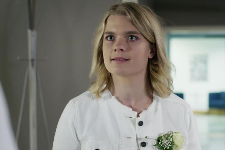 Emma Rücker glaubt, Lisa wurde nur zum Gespräch zu ihr geschickt, um sie von der Organspende durch ihren Ehemann zu überzeugen. Sie ist wutentbrannt und lehnt eine Zusage zur Spende ab.