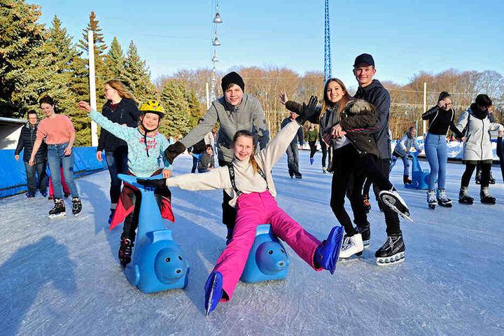 Sophia (7), Moritz (15), Alexandra (12), Alyah (14) und Tom (16, v.l.n.r.) freuen sich auf der Eislaufbahn der Eissporthalle. Die hat in den Winterferien extra unter der Woche geöffnet.