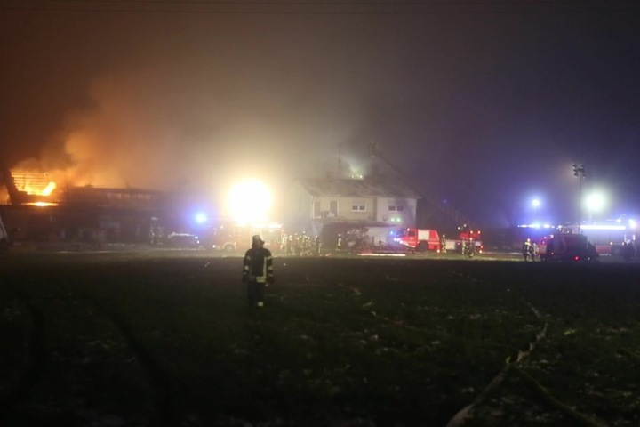 Die Feuerwehr konnte verhindert, dass das Feuer von der Scheune auf das Haupthaus übergriff.