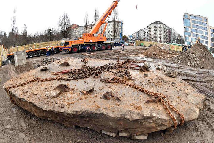 Ein Kran hat in Berlin eine Panzersperre im ehemaligen Grenzgebiet der DDR am Mauerpark aus dem Boden gehoben.