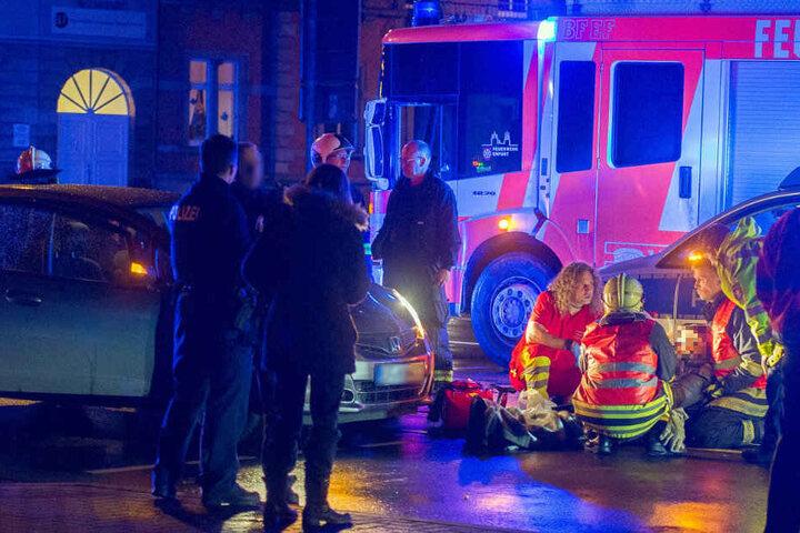 Nach dem Unfall kümmern sich die Einsatzkräfte um eine verletzte Frau.