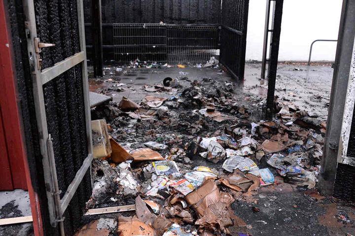 Das Carport diente als Unterstand für Müll und Fahrräder. Die Polizei schließt Brandstiftung nicht aus.