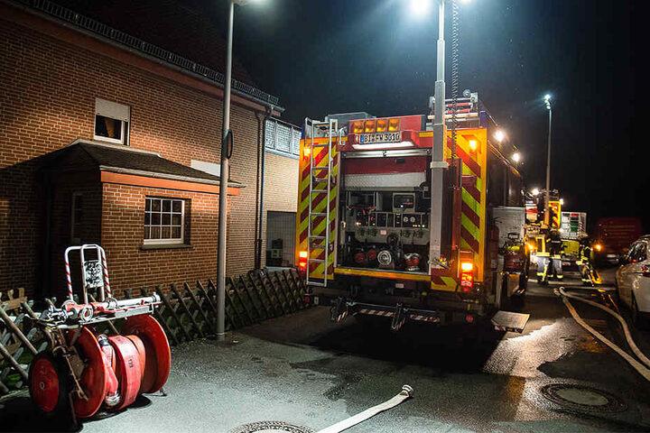 Einsatzkräfte der Feuerwehr Bielefeld rückten für die Löscharbeiten an.