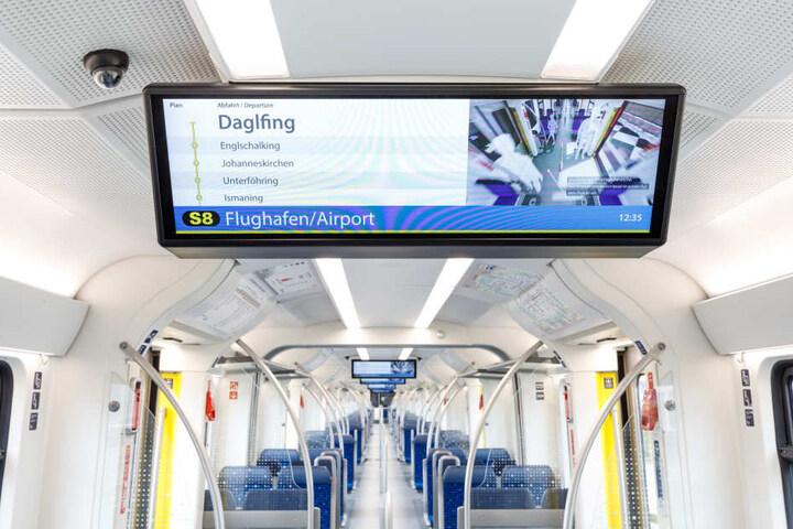 In jedem Zug gibt es acht große Monitore.