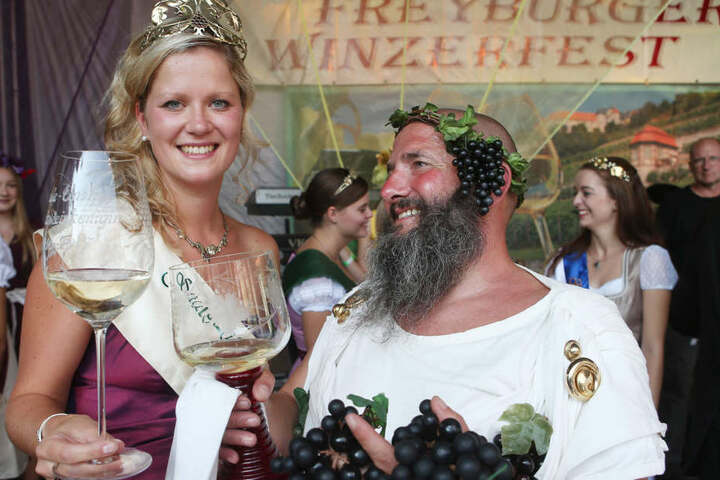 Einer der ersten Gratulanten bei der Königin war Weingott Bacchus (Jost Naumann).