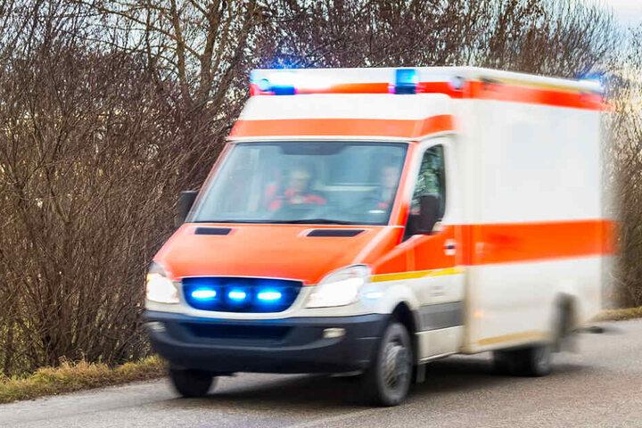 Der verletzte Fahrer wurde ins Krankenhaus gebracht. (Symbolbild)