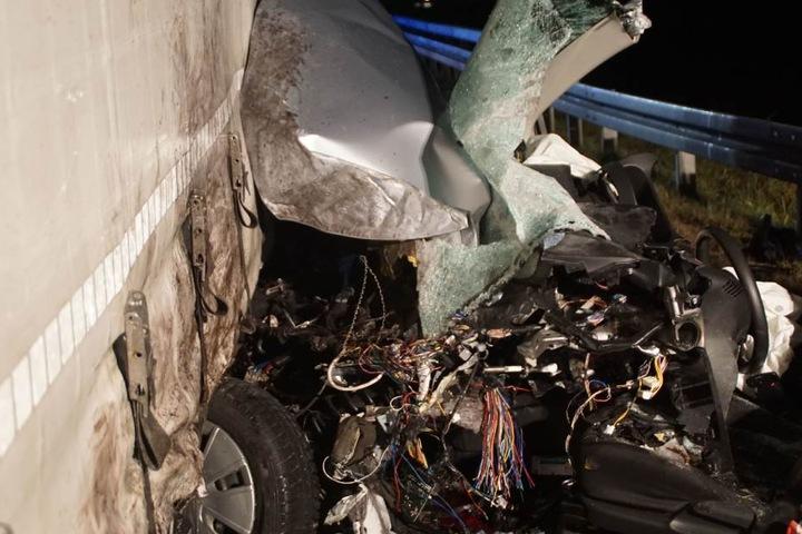 Die Überbleibsel des Autos, die von dem Anhänger zusammengedrückt wurden.