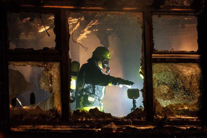 Bis in die Morgenstunden war die Feuerwehr mit Löscharbeiten beschäftigt.