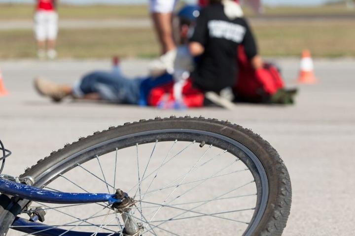 Als erste Helfer den verunglückten Radfahrer am Straßenrand fanden, war dieser bereits tot. (Symbolbild)