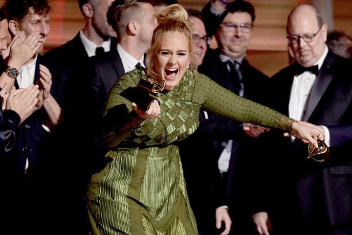 Kurzerhand brach Adele den Award für das beste Album einfach in zwei Hälften.