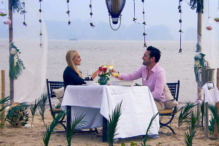 Beim romantischen Abendessen am Strand enthüllte die Blondine ihre Playboy-Vergangenheit.