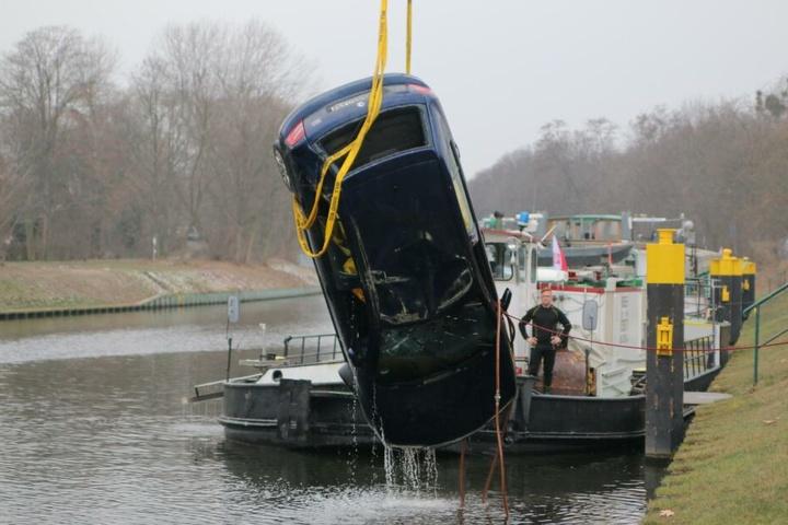 """Schlussendlich wurde das """"schrotte"""" Auto aus dem Wasser gezogen."""