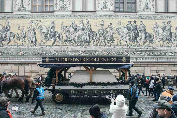 Der Umzug zählte rund 500 Teilnehmer und 21 liebevoll gestaltete Bilder, die die Geschichte des Dresdner Stollens erzählen.