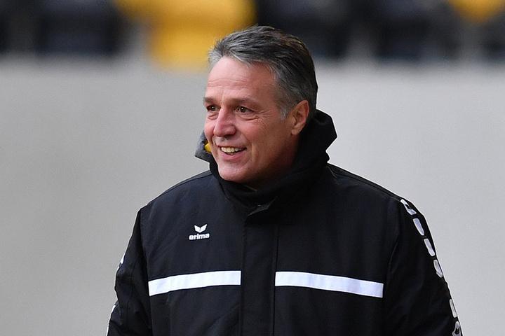 """""""Lieber wäre mir, schön bei 20 Grad am Spielfeldrand zu sitzen"""", sagt  Dynamo-Trainer Uwe Neuhaus angesichts der winterlichen Temperaturen. In Marbella  wird's sicher etwas wärmer."""