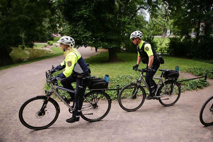 Eine sechsköpfige Fahrradstaffel stellte einen verdächtigen Mann, beobachtete ein TAG24-Reporter.