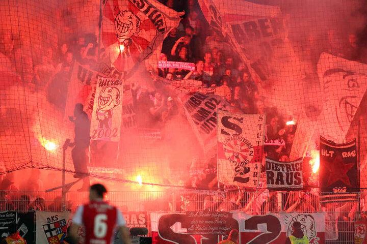 Fans des VfB Stuttgart zünden Pyrotechnik beim Relegations-Rückspiel in Berlin.