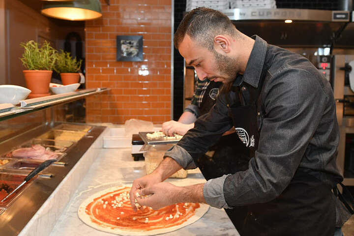 Macht auch beim Pizza backen eine gute Figur: Akaki Gogia.