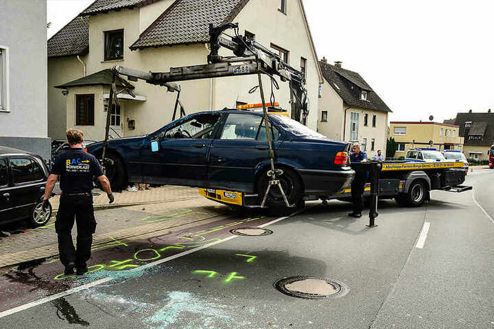 Der BMW musste abgeschleppt werden.