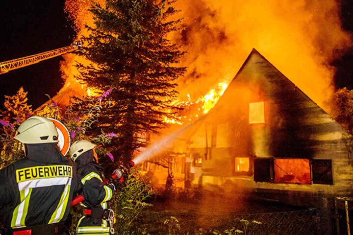 Als die Feuerwehrmänner am 20. Juli 2017 zum Bienhof kamen, konnten sie nicht mehr viel retten. Etwa zweieinhalb Stunden vorher hatte Peter K. in seiner Hausmeisterwohnung Spiritus entzündet.