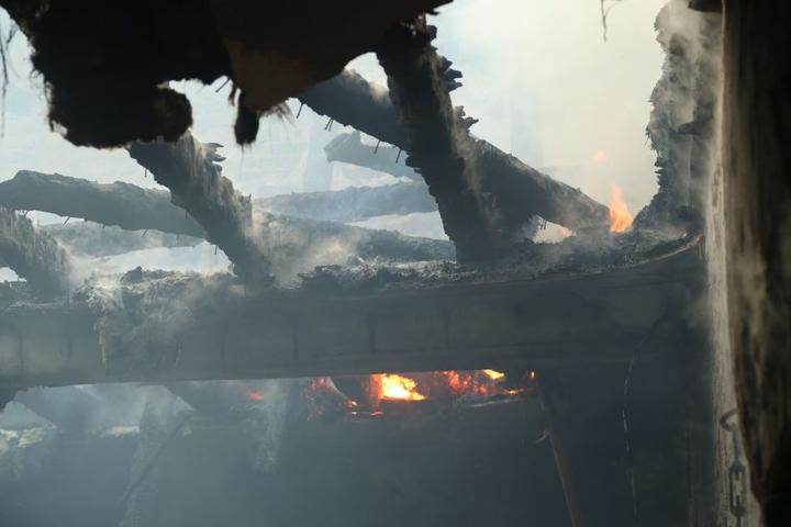 Der Stall brannte bis auf die Grundmauern nieder.