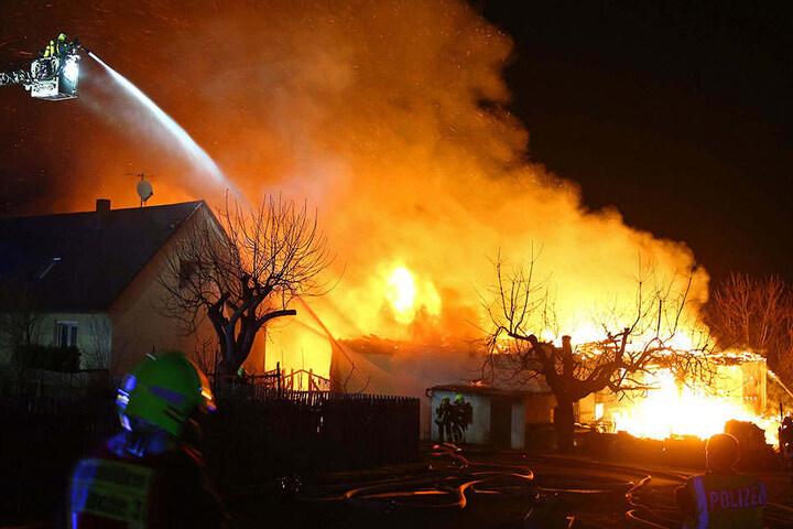 Auch ein angrenzendes Wohngebäude wurde von den Flammen vernichtet.