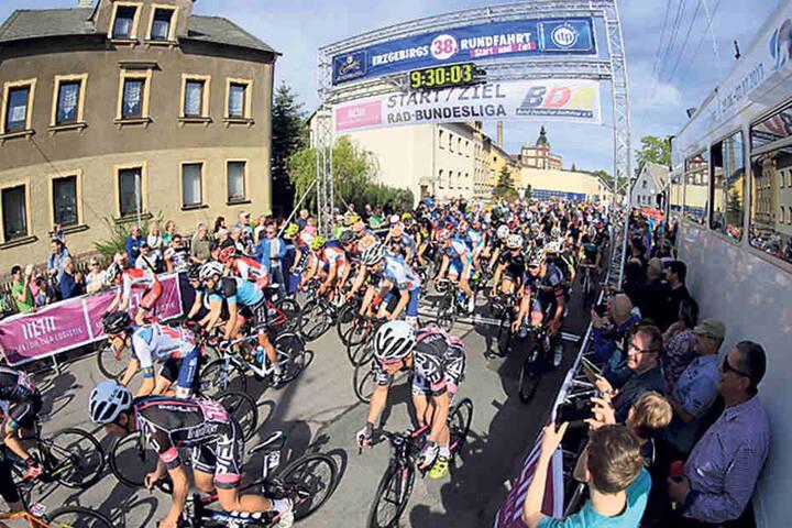 168 Radrennfahrer starteten am Morgen in Einsiedel zur 38. ErzgebirgsRundfahrt