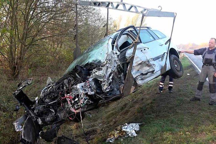 Die Front des Renaults ist komplett zerfetzt, der angetrunkene Fahrer (36) erlitt schwere Verletzungen.