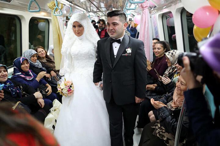 Warum nicht mal in einer U-Bahn unter der Erde heiraten?