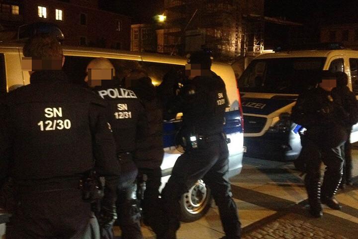 Die Polizei nimmt einen rechtsextremen Demonstrationsteilnehmer fest.