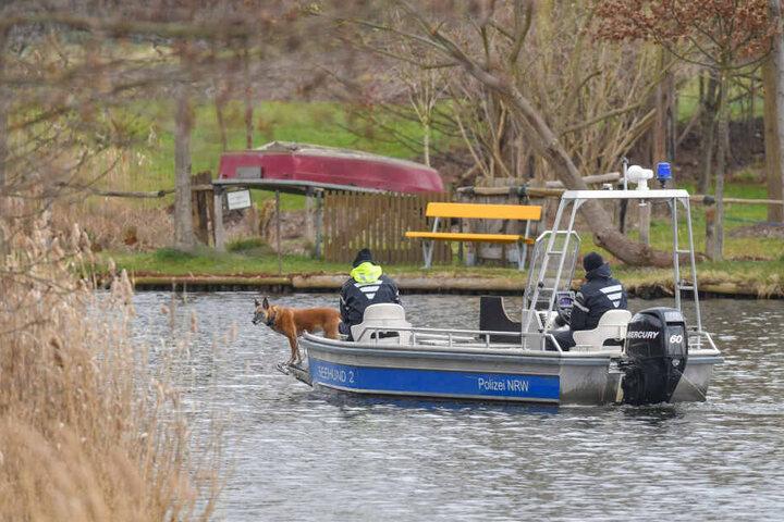 Auf einem Boot suchen Polizeibeamte mit einem Spürhund auf dem Storkower Kanal nahe dem Wolziger See im Landkreis Dahme-Spreewald nach der vermissten Rebecca.