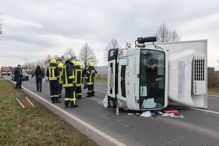 Der Fahrer wurde in dem Laster eingeklemmt.
