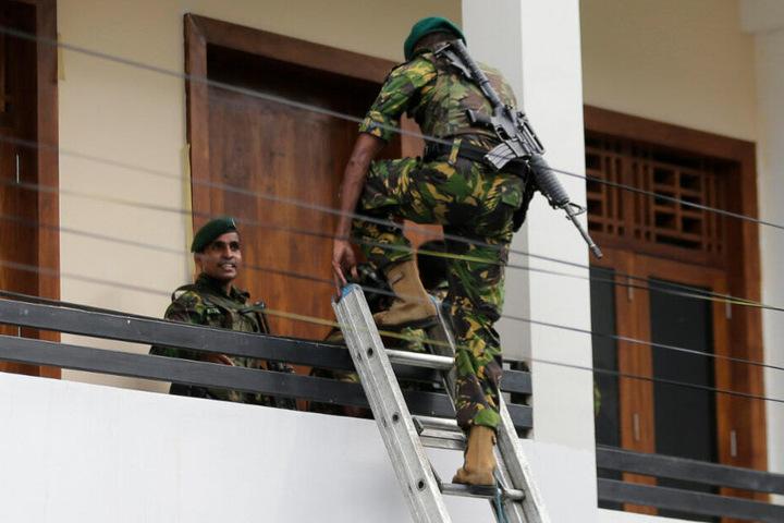 Sicherheitskräfte betreten ein Haus.