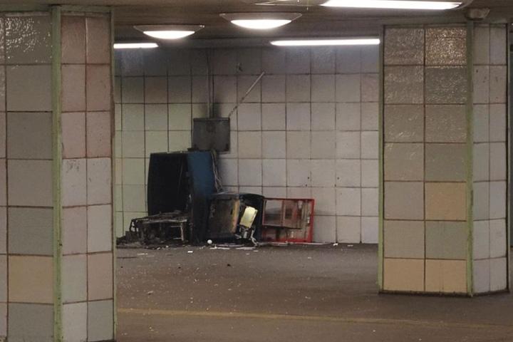 Der Geldautomat wurde durch die Explosion zerstört.
