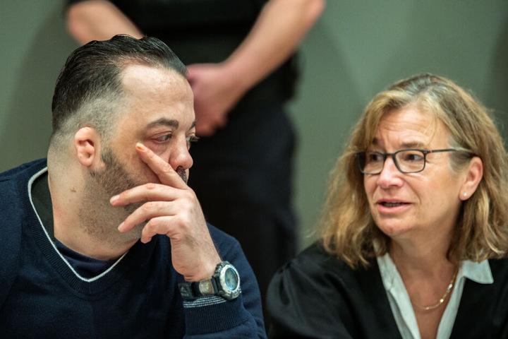 Der Angeklagte bespricht sich mit seiner Verteidigerin Ulrike Baumann.