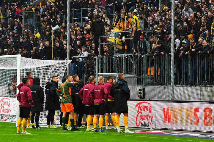 Antreten zur Gardinenpredigt! Die Dynamos stellten sich nach Spielschluss ihren Fans und mussten sich so einiges anhören - vielleicht hilft es ja.