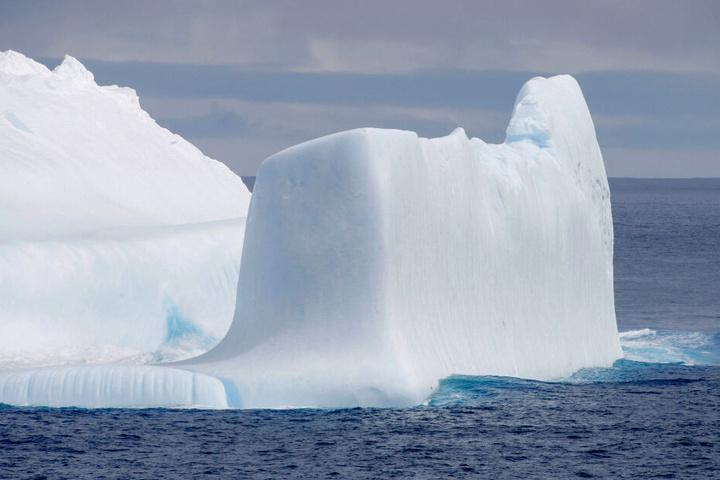 """Das Foto, welches vom japanischen Forschungsschiff """"Shirase"""" während der 61. Antarktis-Expedition im Dezember 2019 gemacht wurde, zeigt einen Eisberg im Antarktischen Ozean. Die globale Erderwärmung lässt die Eismassen langsam schmelzen."""