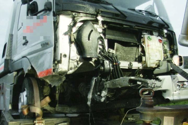 Drei Tote nach Frontalzusammenstoß von Auto mit Lastwagen