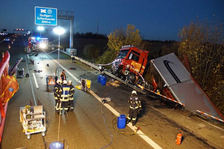 Die Bergungsarbeiten dauern an und der Verkehr wird auf einer Spur an der Unfallstelle vorbeigeleitet.