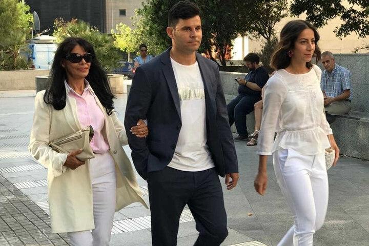 Javier und seine Mutter Maria (li.) bei der Ankunft im Gerichtsgebäude in Valencia