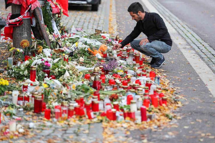 Vor dem Dönerladen wurden zahlreiche Blumen niedergelegt und Kerzen angezündet.